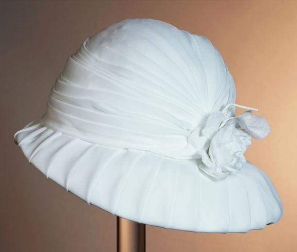 Cloche van geplooid wit nylon, corsage van witte roos van zijde | Modemuze