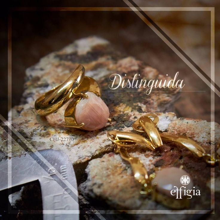 Effigia presenta este juego elaborado en oro de 18k que conjuga la feminidad del Moonstone Peach con un diseño estético lleno de armonía. #JoyeríaFina #HechoEnEcuador #DiseñoDeAutor #Oro