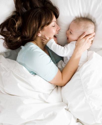 maman et bébé riant