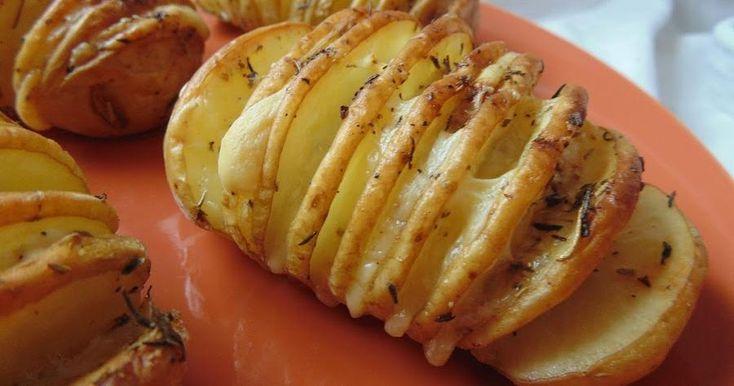 Estas patatas hasselback son una guarnición bonita y rica a partes iguales. Las que compartimos aquí llevan mantequilla, queso havarti, sal, pimienta, orégano, tomillo y romero.
