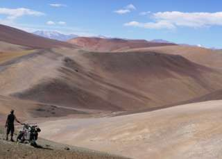 Stephen Fabes and his bike on Paso San Francisco, an Andean mountain pass between Chile and Argentina
