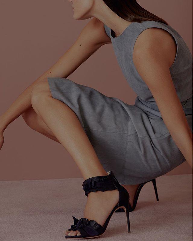 À venda em suas duas lojas em São Paulo e em multimarcas pelo País os sapatos da grife @alexandrebirman agora poderão ser encontrados ao alcance de um clique: a marca acaba de estrear e-commerce próprio. Nas prateleiras virtuais a nova sandália-hit Lolita divide espaço com modelos de veludo couro metalizado e babados parte da coleção do pre-fall 2017. Visite em alexandrebirman.com.br. (Veja mais fotos de @thepavarottidiary da campanha de estreia da novidade clicando no link da bio)…