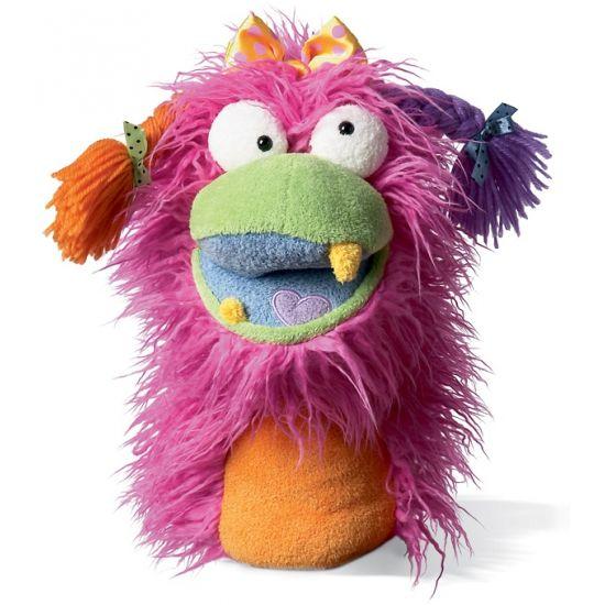 Pluche handpop Fuzzy Wuggs Girlie. Deze pluche monster handpop met vlechtjes en warrig roze haar heeft een formaat van ongeveer 20,25 x 12,75 x 28 cm.