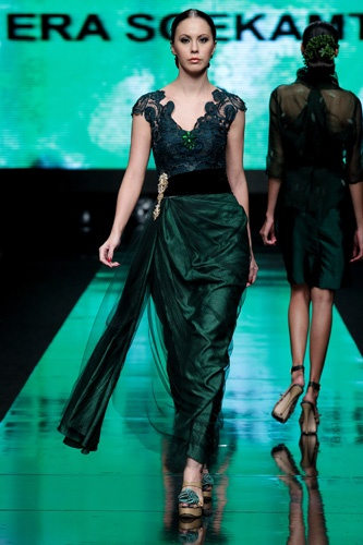 Jakarta Fashion Week 2012 - Era Soekamto, a gown with influence of kebaya