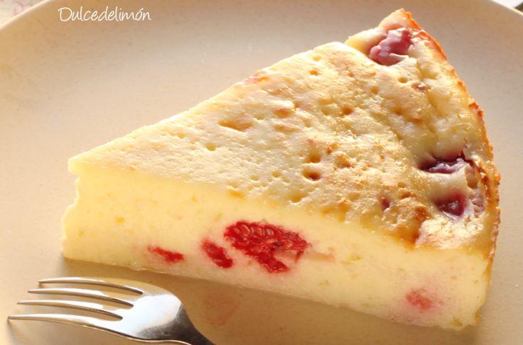 Tarta de queso de Gordon Ramsay Ingredientes para una tarta de 22cm:  – 550 gr de queso de untar (puede ser light) a temperatura ambiente – 160 gr de azúcar blanco – 3 huevos – 2 cucharadas de harina blanca – la ralladura de 1 limón o de 2 limas pequeñas – 200 gr de frambuesas frescas