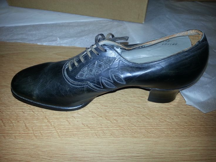 1940S Womens Black leather court shoe