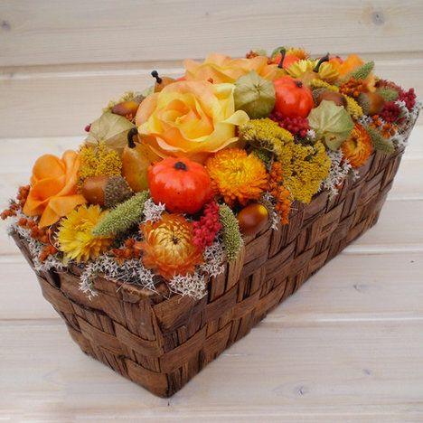 Podzimní dekorace v košíku, oranžové odstíny, dozdobený pěnovými a látkovými růžemi, staticí, řebříčkem, slaměnkami, žaludy, dýněmi, hruškami, mochyní a ostatní sušinou, cena 421 Kč; Zepire