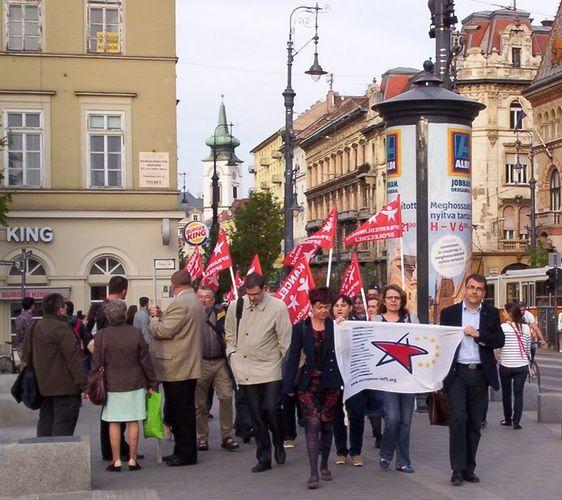 Antifasiszta szervezetek közös megemlékezésre hívták az antifasisztákat tegnap este a Gellért-hegyi Szabadság-szoborhoz Magyarország felszabadulásának 69. évfordulójára. A MEASZ tagok, antifasiszták menete a Fővám térről indult valamivel 18 óra után, megvárva a nemzetközi…
