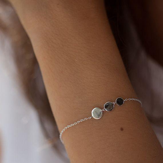 Bracelet 3 ronds en argent massif 925 Matériaux utilisés : Argent massif Très joli bracelet fin en argent massif 925 avec 3 ronds. Longueur réglable. Fermoir mousqueton.