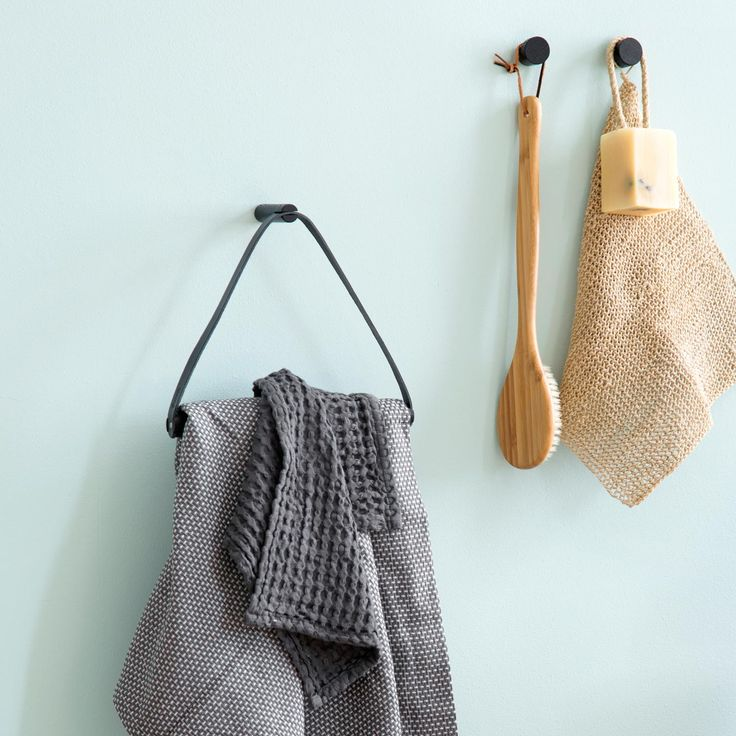 By Wirth Handdoek hanger en wood knot muurhaken in zwart. Gemaakt van Leer en eikenhout. Super mooie en duurzaam Deens design