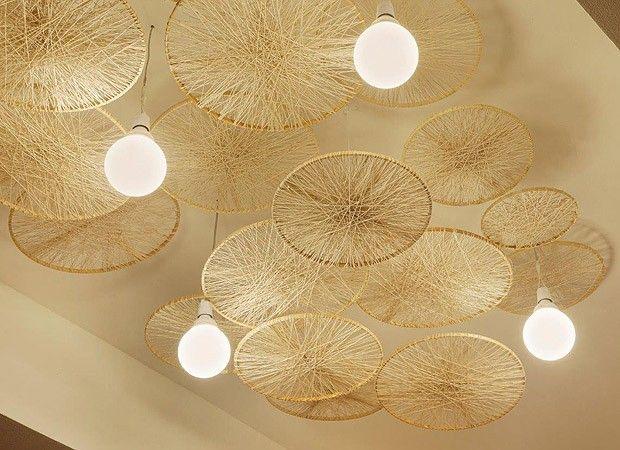 Bastidores envoltos por linhas de tricô compõem a decoração do teto. As luminárias, simples, ganharam muito mais graça com os aros. A ideia também é boa para disfarçar um teto manchado ou irregular.