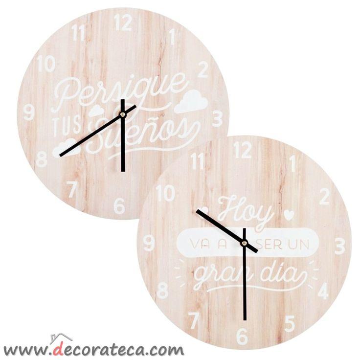 """Bonitos relojes de pared en color madera claro, con frases positivas en español: """"Persigue tus sueños"""", """"Hoy va a ser un gran día"""". Relojes originales baratos online - WWW.DECORATECA.COM"""