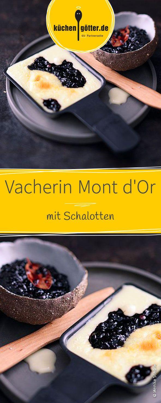 Würziger Vacherin Mont d'Or Käse mit karamellisierten Schalotten und fruchtigem Holunderbeerensaft. Dieses Raclette-Pfännchen ist der Liebling aller Gourmets.