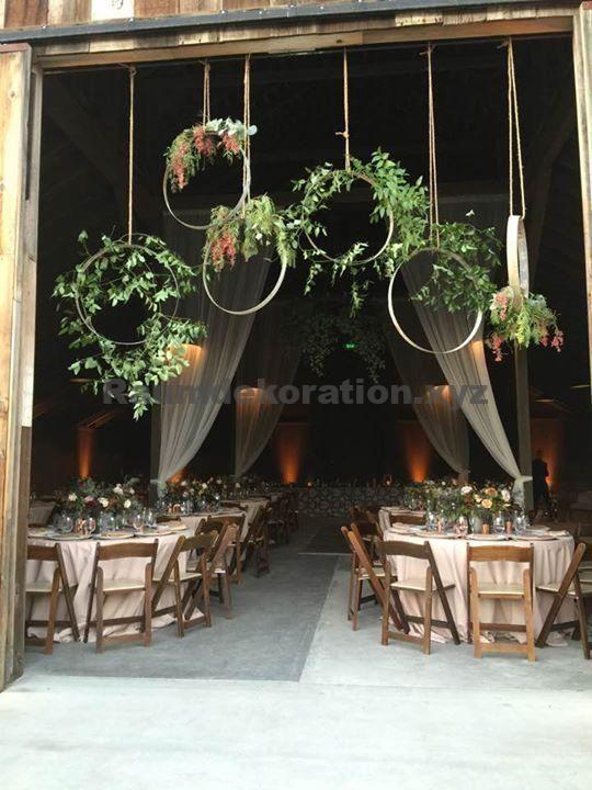 Tischdeko Hochzeit – Weinfassblumenreifen, die unser Florist für den Eingang zu unserer Scheunenhochzeit geschaffen hat. Böhmische #BohemianHochzeiten