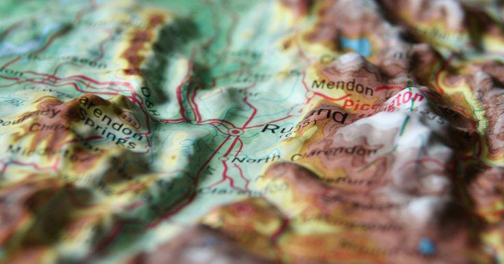 Cómo hacer un mapa topográfico. Los mapas topográficos están específicamente diseñados para mostrar la elevación de la superficie terrestre, así como para las localizaciones geográficas del contorno, como son las montañas. Estos mapas los utilizan los arquitectos, los profesionales geográficos, y para las recreaciones al aire libre, principalmente los excursionistas.