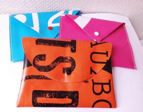 pochette/trousse (toilette, couture), recyclée en bâche publicitaire de la ville de Bordeaux , différentes couleurs, UPCYCLING, accessoire Voici une belle création polyvalente : Elle peut faire office de pochette , de trousse (toilette, maquillage, couture, crayons !!!) Elle
