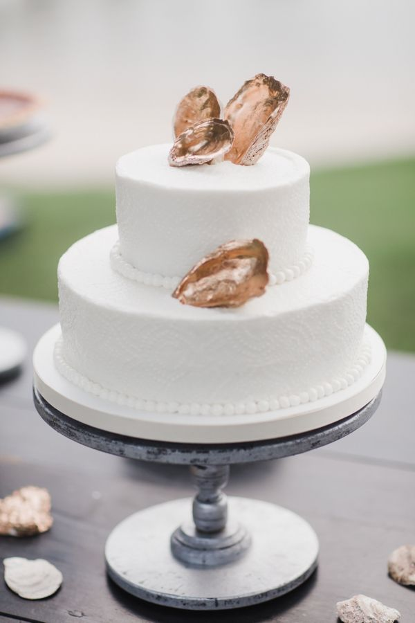 If you are planning on having a beach wedding or if you are an oyster fan then this gold oyster cake is meant for you.