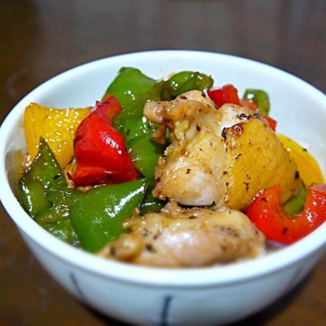 オンザライスの時は味濃いめが合いますねー♪ - 57件のもぐもぐ - 鶏とカラフルピーマンの照り焼き丼 by Mattari
