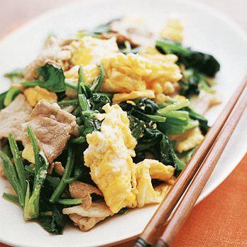 卵の黄色とほうれん草の緑が鮮やか「豚肉とほうれん草の卵炒め」のレシピです。プロの料理家・藤野嘉子さんによる、豚薄切り肉、卵、ほうれん草、長ねぎ、しょうがなどを使った、380Kcalの料理レシピです。