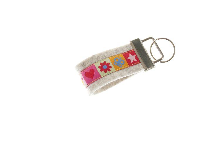 TrachtenBrummsel Sunny - Eine schicke Krone, ein paar Blumen, Sterne und Schmetterlinge - was braucht eine Prinzessin mehr, um glücklich zu sein? Sunny ist ein zauberhaftes Schlüsselband für kleine und große Mädchen. Nur als Mini-Version erhältlich.