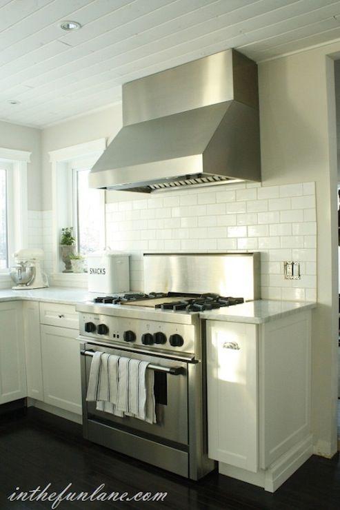 Kitchens subway tiles backsplash greige walls white for Black beadboard kitchen cabinets