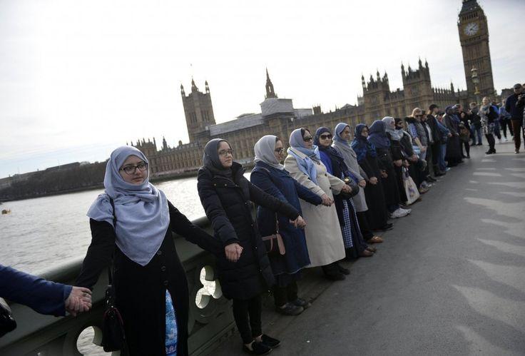 Attacco a Londra, donne musulmane formano catena umana sul ponte di Westminster