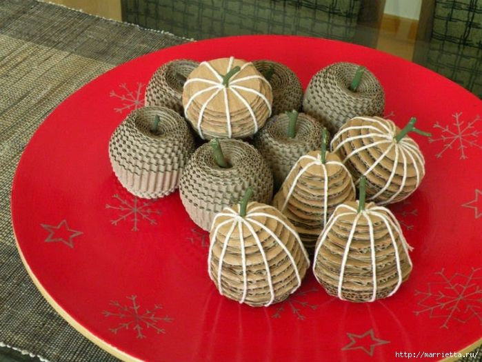 Apples and pears from corrugated cardboard has pictorial tutorial