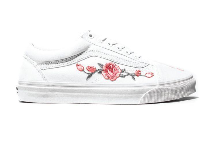 """Blumen-Prints+und+-Verzierungen+liegen+aktuell+total+im+Trend.+Höchste+Zeit+also,+dass+auch+unseren+Lieblingssneakern+von+Vans+ein+florales+Update+zuteilwird.+Die+Sneaker-Customizer+von+Amac+haben+dem+""""Old+Skool""""+ein+hübsches+Makeover+verpasst:+Zarte+Rosenblüten+in+Rosé+ranken+sich+als+Applikation+auf+den+Schuhen.+Die+Vans+""""Botanical+Old+Skool""""+gibt+es+in+Weiß+oder+Schwarz+für+rund+140+Euro+über+amac-customs.com."""
