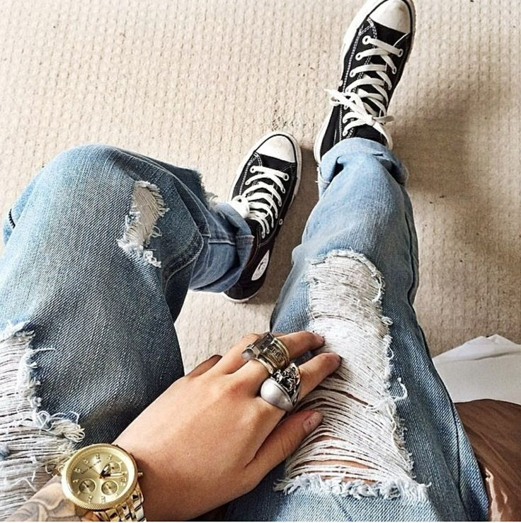 Ripped blue jeans and converse - outfit inspiration for all days - idea