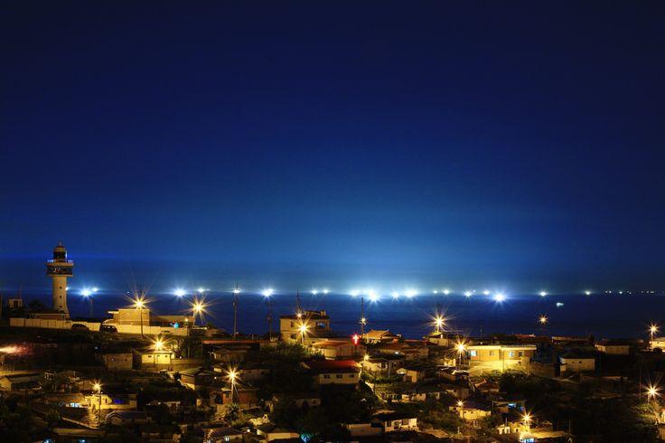 아기자기한 논골담길에서 내려다 보이는 동해 묵호항의 밤 풍경