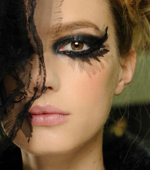 Ideas de maquillaje para #Nochevieja: copia el look dark deluxe de Chanel