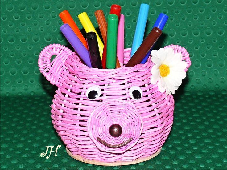 Tužkovník+medvídek+růžový+Tento+medvídek+je+praktickou+pomůckou+na+uložení+pastelek+fixů+a+dalších+nezbytností.+Je+vyroben+z+barevného+pedigu,+má+pohyblivé+oči,+nos+z+dřevěného+korálku+a+za+uchem+kytku.