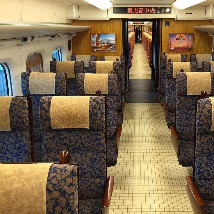 Новехонький салон бегающего между Фукуокой и Кагосимой синкансэна Ласточка. Шторки на окнах - бамбуковая плетенка. В ряду по 4 широких кресла даже лучше чем в первом классе Нодзоми. Журналы в спинках кресел постеры в салоне и тамбуре узоры деталей - горделиво напоминают пассажирам: Добро пожаловать на остров Кюсю! #Кюсю #Фукуока #Кагосима #Кумамото #поезд #железнаядорога #жд #скоростной #туризм #путешествие #дизайн #интерьер #мотивы #запад #Япония #мидокоро