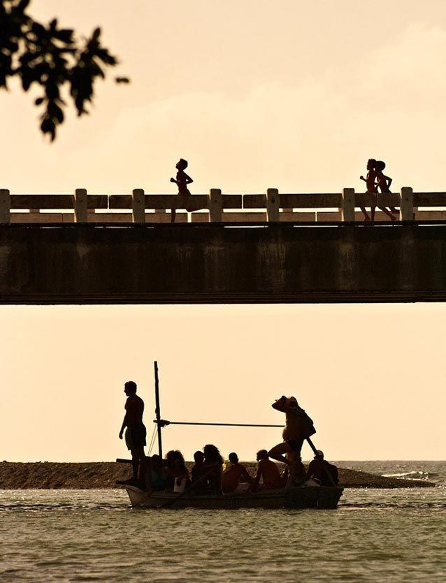 ¡Corre, corre! - Caía la tarde y con ella el calor. Cerca de Baracoa estos pequeños se la pasaron corriendo de un lado al otro del puente y saltando al río mientras los mayores volvían de trabajar. ¡Que lástima no tener más pruebas de ello! Niños corriendo sobre puente al atardecer. Fotografía de Viajes por Alex ... - http://www.fotografoprofesionalbogota.co/singles/ninos-corriendo-puente/