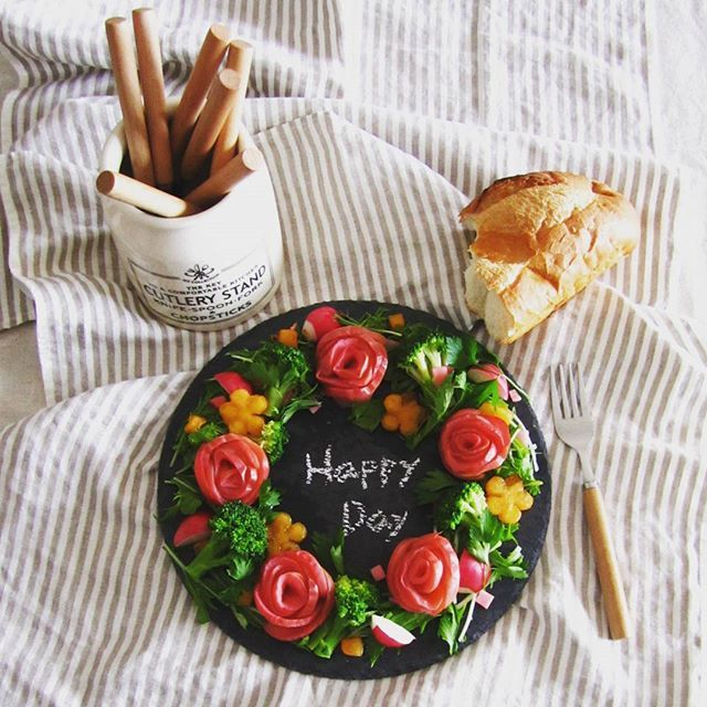 こんな時間ですが今日の朝ごはんpicでこんばんは(*^^*) * フルーツのリースサラダ (紅玉のアップルローズ・水菜・赤かぶ甘酢漬・ラディッシュ・ 柿・ブロッコリー) * 柿のドレッシングで甘味と塩気の甘辛バランスのとれた美味しいサラダになりました♪ * * #おうちごはん#おうちカフェ#朝カフェ#朝食#リースサラダ#アップルローズ#柿#リンゴ#丁寧な暮らし #朝ごはん#デリスタグラマー#秋色の食卓#クッキングラム#朝時間#紅玉 #foodpic#Instafood#foodphotography#breakfast#onmytable#onthetable#cooking#lin_stagrammer#apple#wp_delicious_jp