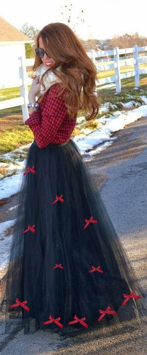 Vestido de Festa Junina DIY fácil. Pegue uma camisa xadrez, mande fazer/ faça uma saia de tulle, enfeite a saia com lacinhos coloridos combinando com sua camisa. Costure uma renda na barra da saia. Use botas pra completar o look. - www.lalailalife.com
