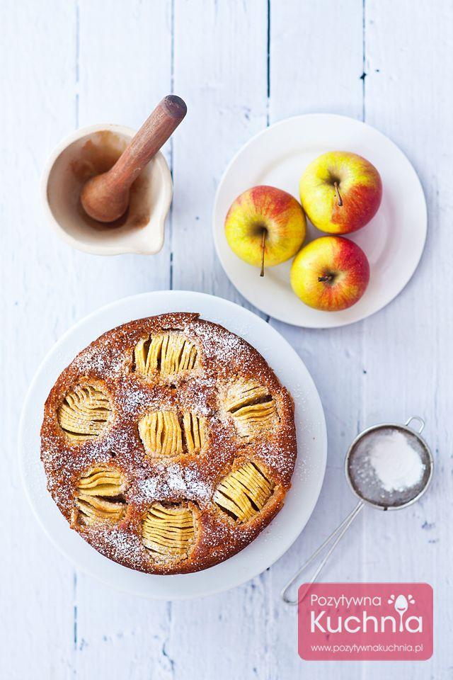 Przepis na ciasto z jabłkami, pachnące cynamonem, gałką muszkatołową, goździkami i zielem angielskim  http://pozytywnakuchnia.pl/ciasto-z-jablkami/  #ciasto #przepis #jablka #kuchnia #wypieki