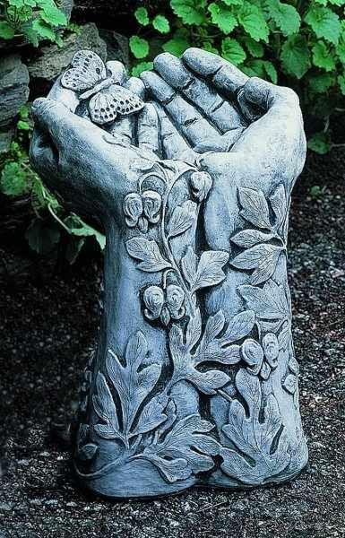 Mariposa Birdbath - Diese Gusssteinstatue entworfen und in Pennsburg, PA von Campania International, Inc.