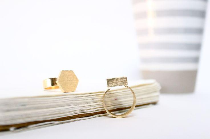 NUEVA COLECCIÓN!Chapado en Oro 16ktEstos anillos están trabajados con técnicas de Joyería, soldados, texturizados y acabados en Chapado en oro 16kt. Son además ajustables, así que se adaptan a cualquier talla.Dos diseños disponibles, en forma de Hexágono o de Rectángulo, estos anillos son una pieza sencilla inspirada en las formas básicas de la Geometría.© Diseño registrado bajo licencia Copyright