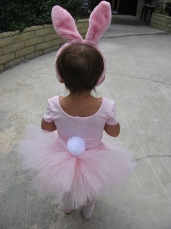 Esta nina está vestida como el conejito de Pascua.