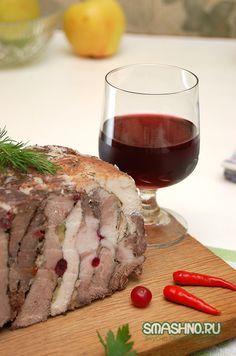 БОЖЕСТВЕННАЯ БУЖЕНИНА *МЯСНОЕ АССОРТИ* свинина (ошеек) – 2 кг; говяжья вырезка – полкило; куриное филе – 400 г; маринованный перец чили – один большой или несколько маленьких; клюква – полстакана; грецкие орехи – хорошая горсть; орегано сушеный – чайная ложка; перец черный молотый – чайная ложка; соль – по вкусу; тмин – чайная ложка; чеснок – 5-6 зубчиков; сухое красное вино – полстакана; масло оливковое – полстакана; по пучку зелени петрушки и укропа.