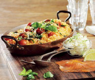Ett festligt recept på risotto med rökt lax och limefärskost. Du gör det av bland annat risottoris, schalottenlökar, smör, vitt vin, basilika, parmesan, färskost, lime och lax. Passar bra att servera till fest!