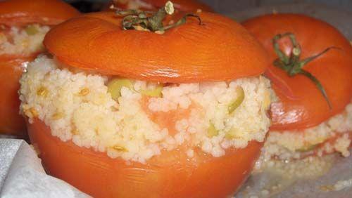 Pomodori ripieni vegan:     -6 pomodori grandi;     -240 g di riso o di cous cous;     -120 g di piselli;     -120 g di melanzane sottolio;     -120 g di carote sottaceto;     -1 dado da brodo vegetale (se si sceglie il cous cous);     -1 bicchiere d'acqua;     -60 g di funghi sottolio;     -sale     -origano