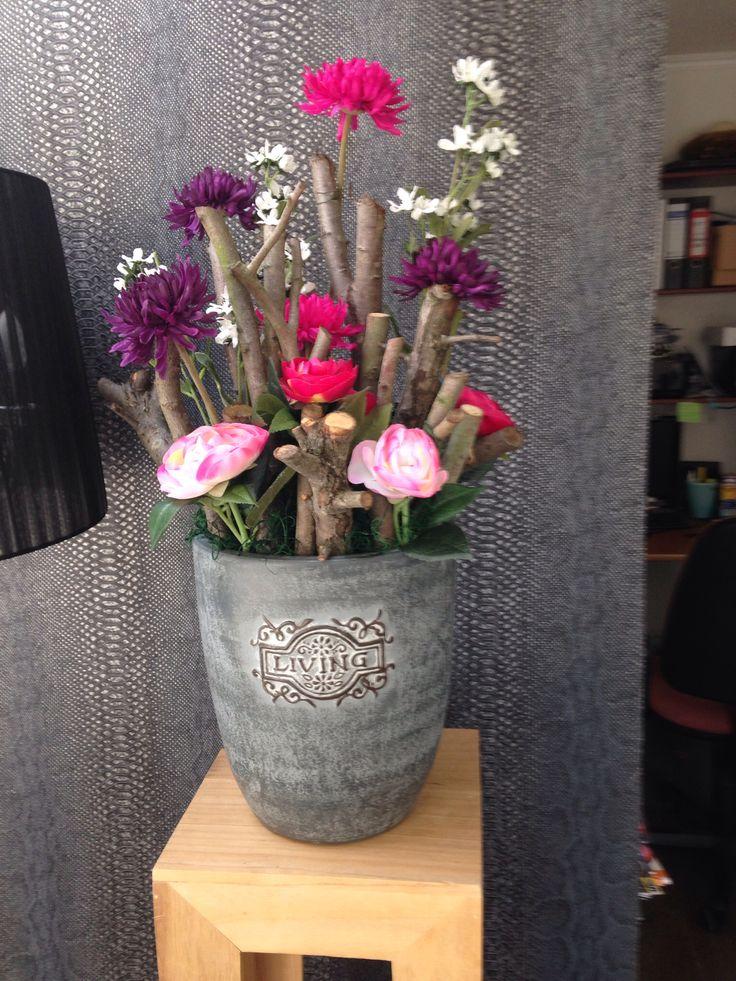 Bloemstuk gemaakt van kunstbloemen.