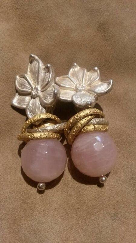Orecchini con fiore in argento, un tocco d'oro e pietre rose