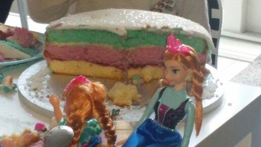 Cake met drie gekleurde lagen