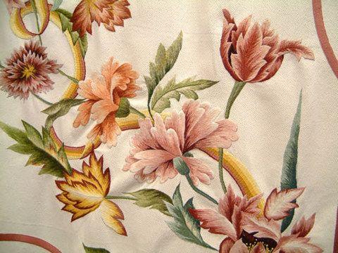Один из самых популярных в Италии приемов рукоделья - так называемая вышивка «бандера», особый тип рельефной, выпуклой вышивки на холсте, который использовался при оформлении флагов, постельного белья, скатертей, покрывал для мебели. Забытая технология бандера была вновь открыта при изучении архивов в одном из пьемонтских замков Пралормо и после реконструкции стала одним из наиболее распространенных итальянских увлечений. Наиболее частый мотив холстов бандера - цветы и цветочные орнаменты...