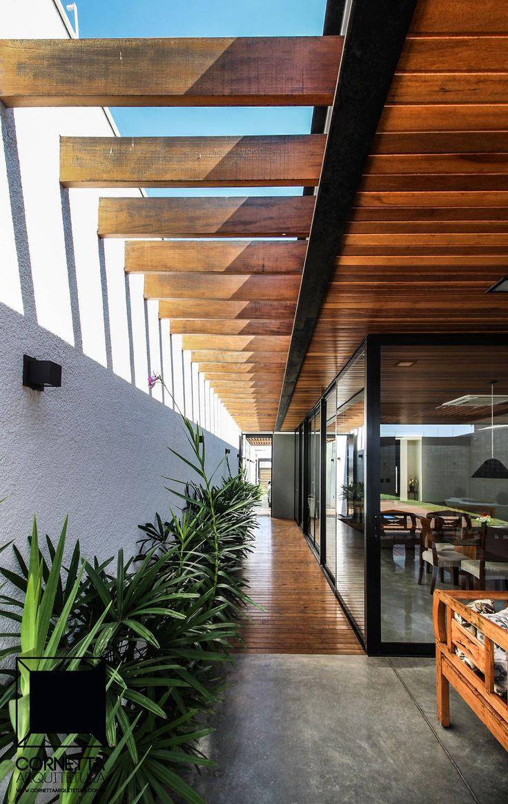 Detalhe de pergolado em madeira de nossa varanda com cobertura em estrutura metálica, forração e deck em madeira e piso em concreto polido. #cornetta #arquitetura #varandas #casasterreas #estruturas metalicas #lazer #casasaltopadrao #altopadrao