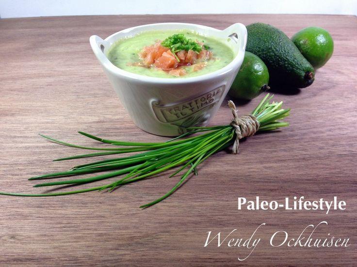 Romige avocado soep met zalm (moot en gerookt) en komkommer