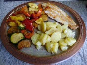 Das perfekte Gemüsebeilage - Sommergemüse mit Kartoffelsalat und Alaska-Seelachs-Rezept mit einfacher Schritt-für-Schritt-Anleitung: Die Paprika waschen…